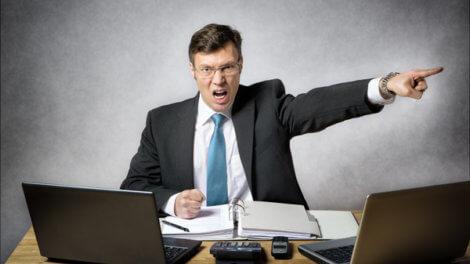 Начальник постоянно грозит увольнением