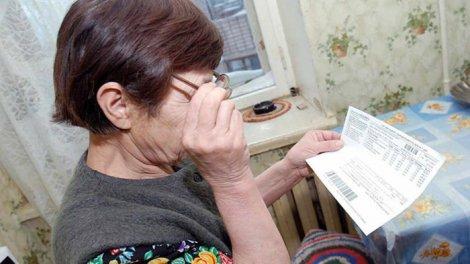 Собственница читает квитанцию