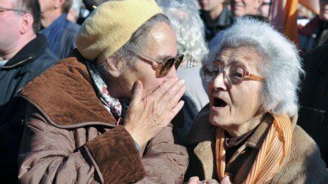 Пенсионерка рассказывает подруге о прибавке