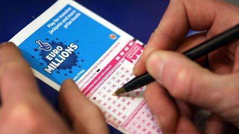 Человек пытается выиграть в лотерее